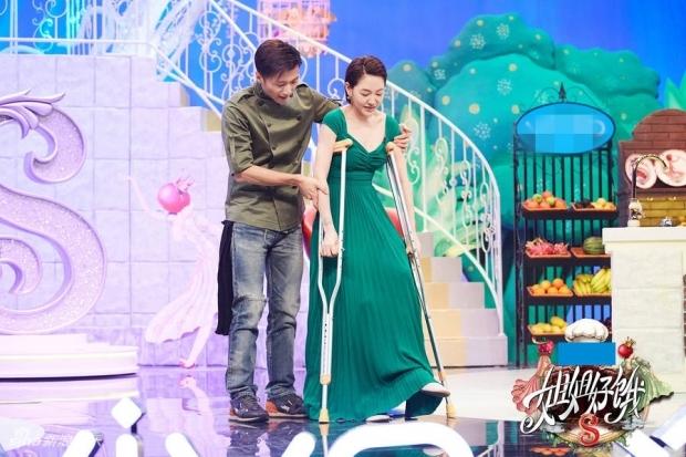 《姐姐好饿2》谢霆锋做客小S拄拐杖欢迎  展现贴心一面!
